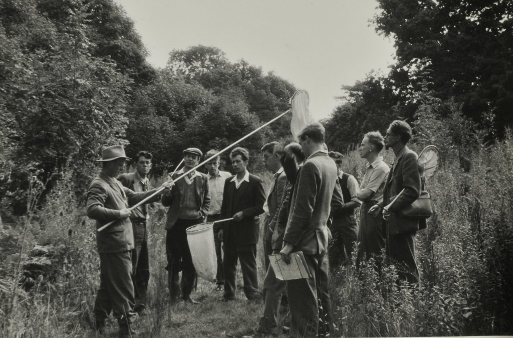 The class at work 1953 Elton holding the long handled net. Image reproduced with the permission of the Department of Zoology, University of Oxford.
